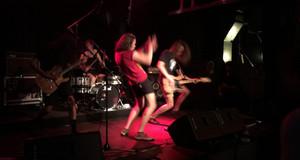 Rockmusiker auf der Bühne bei einem Konzert