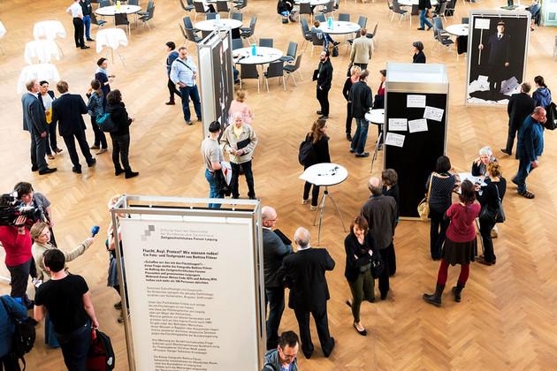 Blick von oben auf den Ausstellungsbereich mit Besucherinnen und Besuchern