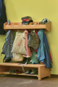 Bild wird vergrößert: Schulsachen und Kinderkleidungen hängen an mehreren Kleiderhaken