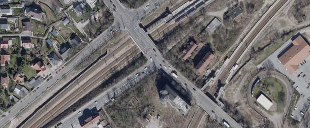 Ein Luftbild einer mehrspurigen Straße, die mit zwei Brücken über Bahngleise führt