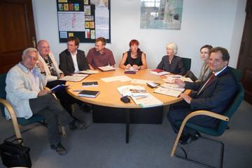 Bild wird vergrößert: Die Mitglieder der Lenkungsgruppe Lernen vor Ort (LvO) am runden Tisch