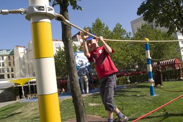 Bild wird vergrößert: Junge klettert auf Hängeseilen entlang