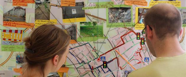 Zwei Personen vor einem Stadtplan des Leipziger Westens