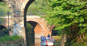 Blick auf eine Bootsfahrt über den Karl-Heine-Kanal