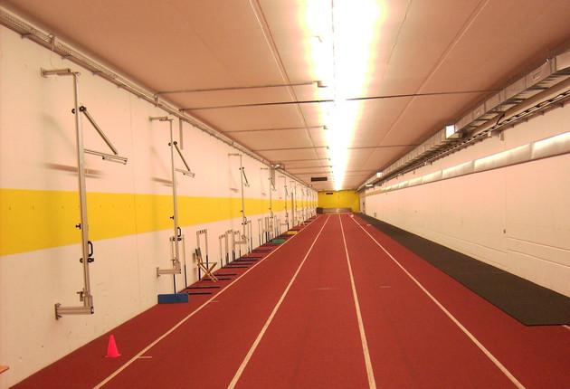 Drei markierte Innen-Rennbahnen nebeneinander im sogenannten Laufschlauch der ARENA Leipzig