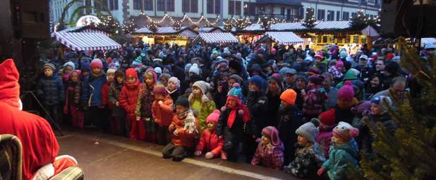 Leipziger Weihnachtsmarkt - Kinder zur Weihnachtsmannsprechstunde