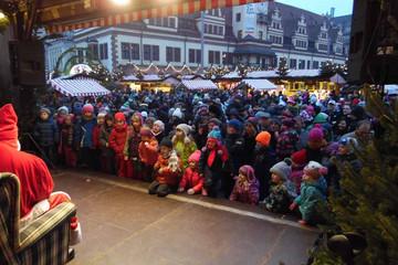 Bild wird vergrößert: Leipziger Weihnachtsmarkt - Kinder zur Weihnachtsmannsprechstunde