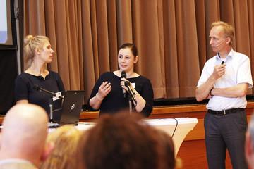 Bild wird vergrößert: Stadträtinnen Katharina Krefft und Jessica Heller auf dem Podium mit Moderator Martin Karsten.