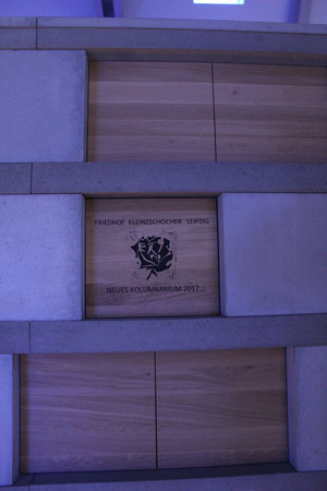 Urnenwand mit der Inschrift Friedhof Kleinzschocher Leipzig Neues Kolumbarium 2017