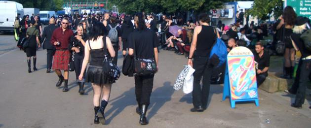 Das Wave-Gotik-Treffen auf dem agra-Gelände: Ansicht von hinten auf eine Menschenmenge in Gothic-Kleidung, überwiegend schwarz