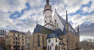 Blick auf die Thomaskirche unter weiß-blauem Himmel