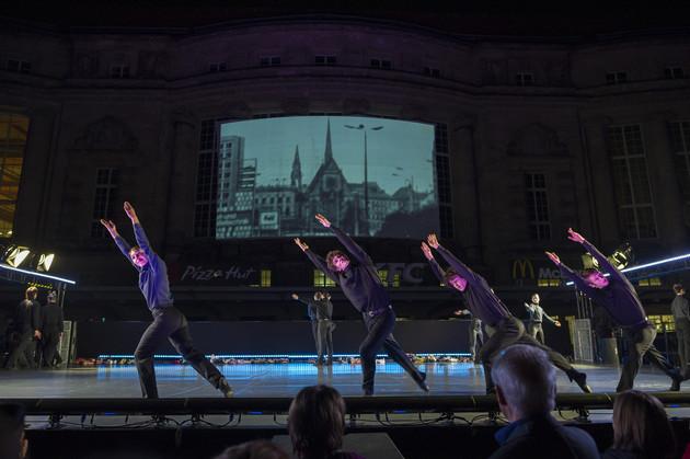 Tanzperformance des Leipziger Balletts unter der Leitung von Mario Schröder und Videoprojektion am Leipziger Hauptbahnhof.