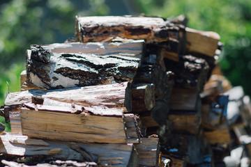 Bild wird vergrößert: Gestapelte Holzscheite