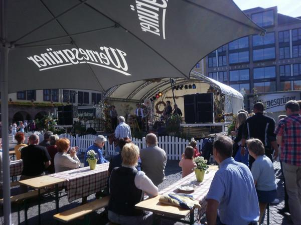 Marktplatz zu den Leipziger Marktage mit Blick auf die Bühne