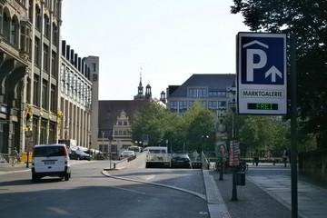 Bild wird vergrößert: Straße mit Einfahrt zum Parkhaus Marktgalerie. Im Hintergrund ist ein Teil des Alten Rathauses sichtbar.