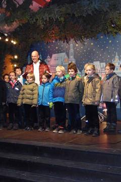 Bild wird vergrößert: Leipziger Weihnachtsmarkt - singende Kinder auf der Marktbühne