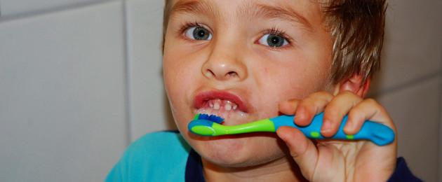 Kleiner Junge, der sich die Zähne putzt