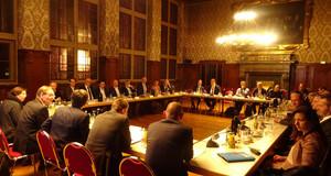 Das Bündnis bezahlbares Wohnen bei einer Sitzung im Ratsplenarsaal der Stadt Leipzig