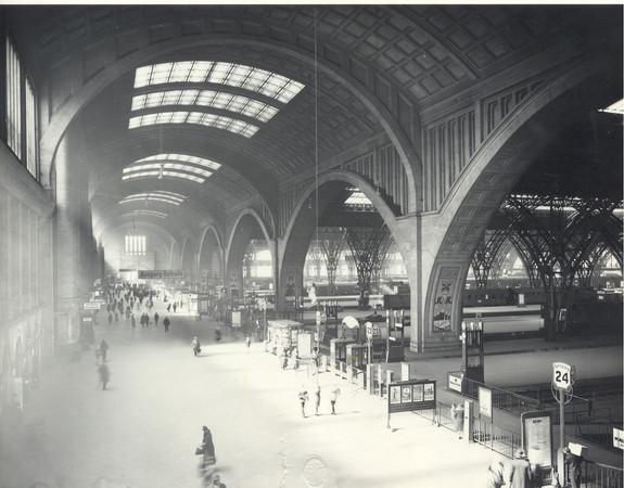 Die Abbildung zeigt den Querbahnsteig des Leipziger Hauptbahnhofes 1939.