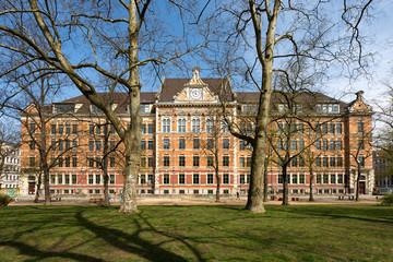 Bild wird vergrößert: Gebäude Kant-Gymnasium. Mehrstöckiger Gründerzeitbau mit Park davor.