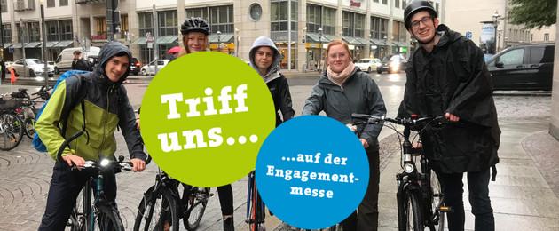 Fünf Vertreter/-innen des Jugendparlament sitzen auf Ihren Fahrrädern im Regen. Sie schauen freundlich ins Bild