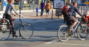 Radfahrer überqueren den Martin-Luther-Ring in Leipzig