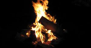 Brennendes Holz in einem Lagerfeuer