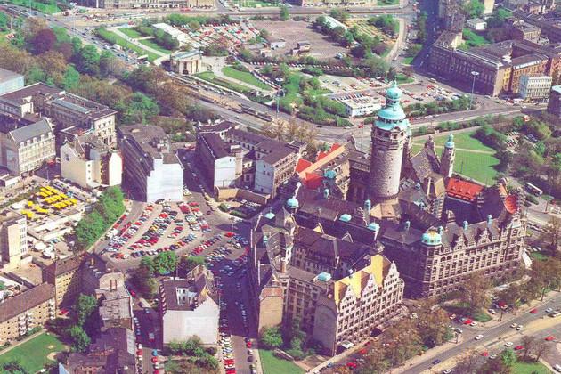 Luftaufnahme von Rathaus und Burgplatz, mit parkenden Autos auf dem Burgplatz um 1975