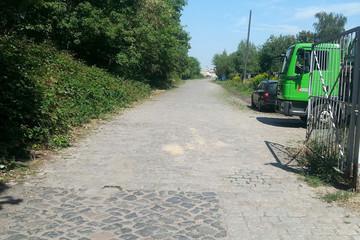 Bild wird vergrößert: Unbefestigter Weg auf dem Gelände des Plagwitzer Bahnhofs