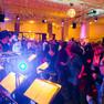 Tanzende Menschen und eine Band zu Silvester im Garderobenfoyer des Schauspiels