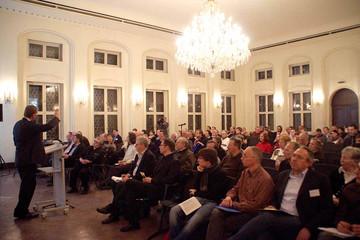 Bild wird vergrößert: Bürgerforum: OBM Burkhard Jung erläutert die Ergebnisse der Bürgerumfrage den Zuhörern
