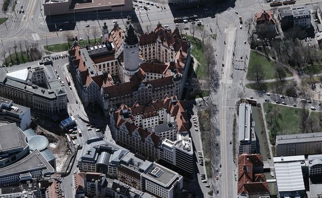 Schrägluftbild mit Blick von Norden nach Süden auf das Neue Rathaus in Leipzig.
