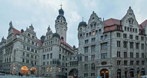 Blick über den Burgplatz auf das Neue Rathaus und das Stadthaus Leipzig