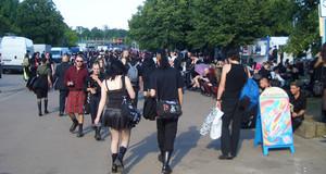 Besucher des Wave Gotik Treffen auf dem Agra Geflände