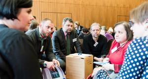 Mehrere Menschen diskutieren bei einer Veranstaltung zum Teilhabeplan der Stadt Leipzig