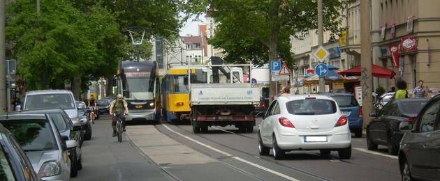 Autos, Radfahrer und Straßenbahnen in der Karl-Liebknecht-Straße
