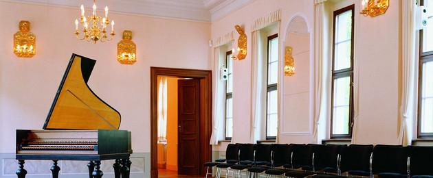Sommersaal im Bach-Museum mit Klavier