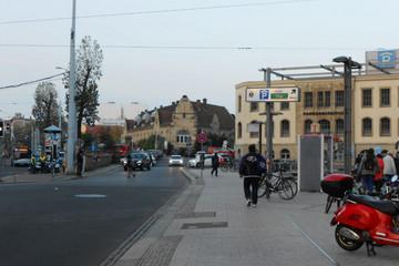Bild wird vergrößert: Straße neben dem Hauptbahnhof mit einen Hinweisschild für das Parkhaus Promenaden West