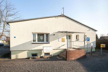 Bild wird vergrößert: Flaches Gebäude des ehemaligen Gemeindeamtes in Burghausen
