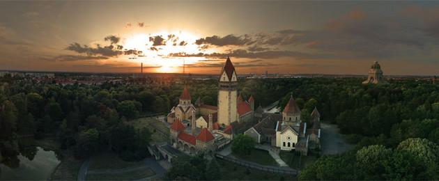 Panoramafoto vom Südfriedhof mit Blick auf die Kapellenanlage, im Hintergrund das Völkerschlachtdenkmal