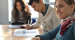 Drei junge Menschen aus verschiedenen Kulturkreisen beim Deutschkurs.