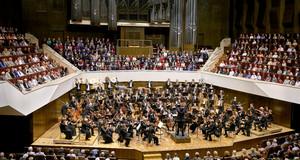 Das Gewandhausorchester spielt im Großen Saal des Gewandhauses. Viel Publikum hört zu.