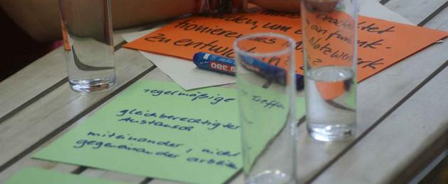 Gläser mit Zetteln auf einem Tisch