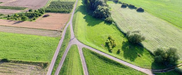 Luftaufnahme einer Feldflur mit Ackerschlägen und Feldwegen