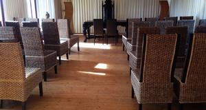 Traumraum mit leeren Stühlen in der Hacienda am Cospudener See