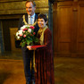 Oberbürgermeister Burkhard Jung und die Preisträgerin des Louise-Otto-Peters-Preise 2016 stehen beisamen. Herr Jung überreicht einen Strauß Blumen.