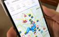 Eine Hand hält ein smartphone auf dem das mobile Verkehrsinformationssystem der Stadt Leipzig läuft