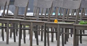 Bronzene Stühle stehen aufgereiht auf dem Grundriss der ehemaligen Synagoge Leipzigs in der Gottschedstraße