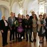 Die Jury des Louise-Otto-Peters-Preises 2018 steht in der Oberen Wandelhalle des Neuen Rathauses. Eine Frau in der Mitte hält einen Blumenstrauß in der Hand.