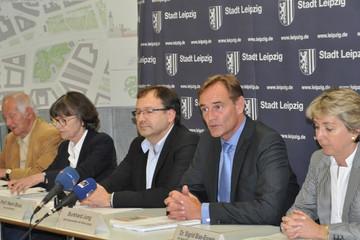 Bild wird vergrößert: Verkündung des Wettbewerbsergebnisses durch Mitglieder des Preisgerichtes mit Oberbürgermeister Burkhard Jung zur Pressekonferenz am 6. Juli 2012.